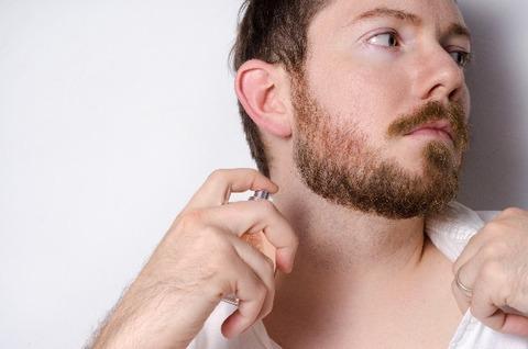 ひげが伸びている男